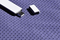 一台现代便携式USB Wi-Fi适配器在紫罗兰色运动服被安置由聚酯尼龙fibe制成 库存照片