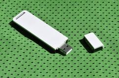一台现代便携式USB Wi-Fi适配器在绿色运动服被安置由聚酯尼龙fibe制成 免版税库存照片