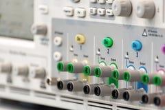 一台现代数字式示波器的片段 连接器和管理者盘区 免版税库存图片