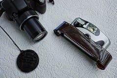 一台现代数字照相机和一台老照相机与影片 免版税图库摄影