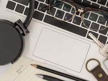 一台现代便携式计算机的顶视图有备忘录纸的,铅笔, pe 免版税库存照片