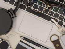 一台现代便携式计算机的顶视图有备忘录纸的,铅笔, sm 免版税库存图片