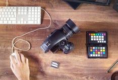 一台现代数字式照片照相机的桌面射击与膝上型计算机的 免版税库存图片