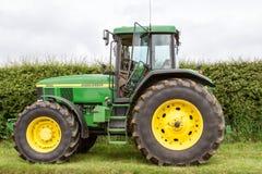 一台现代绿色约翰Deere 7710拖拉机 库存图片