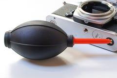 一台电灯泡吹风机和葡萄酒照相机白色表面上 库存图片
