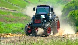 一台红色拖拉机参加种族 图库摄影