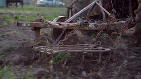 一台红色拖拉机的一位农夫犁他的小剧情的土地 种田的工作 影视素材