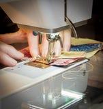 一台缝纫机的妇女 库存照片