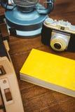一台老打字机和照相机的看法 免版税库存照片