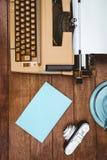 一台老打字机和照相机的看法 免版税库存图片