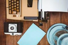 一台老打字机和照相机的看法 库存图片