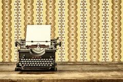 一台老打字机的减速火箭的被称呼的图象 免版税库存照片