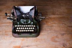一台老打字机的顶视图在一张木桌上的 免版税库存照片