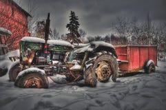 一台老拖拉机在一个被放弃的农场 库存照片