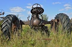 一台老拖拉机的后部看法 免版税库存照片