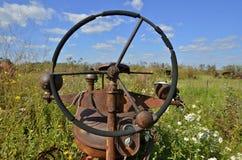 一台老拖拉机的方向盘 库存照片