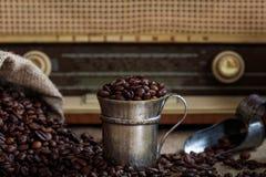 一台老收音机的咖啡豆infront 库存图片
