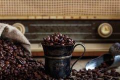 一台老收音机的咖啡豆infront 免版税库存图片
