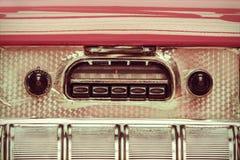 一台老汽车收音机的减速火箭的被称呼的图象 库存照片