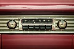 一台老汽车收音机的减速火箭的被称呼的图象 免版税库存照片
