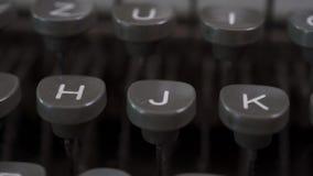 一台老灰色打字机的钥匙 股票视频