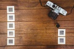 一台老照相机的看法与照片的滑 免版税库存图片