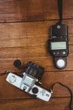 一台老照相机的看法与照片闪光的 免版税图库摄影