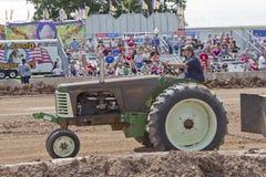一台老绿色奥利佛史东超级77拖拉机 免版税库存照片