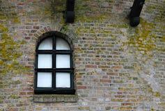 一台老荷兰风车的窗口和墙壁 免版税库存图片