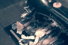 一台老葡萄酒手缝纫机的照片有刺绣的穿线绣花丝绒 与软绵绵地黑&白色作用的选择聚焦 虚拟 免版税库存图片
