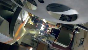 一台老葡萄酒电影放映机的运作的机制 移动式摄影车射击 股票视频