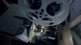 一台老葡萄酒电影放映机的运作的机制 移动式摄影车射击 股票录像