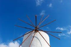 一台老风车的特写镜头在圣托里尼 免版税库存图片