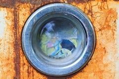 一台老洗衣机的前面 图库摄影