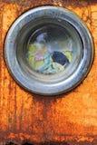 一台老洗衣机的前面 免版税图库摄影