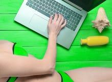 一台膝上型计算机的遥远的工作在海滨胜地 免版税库存照片