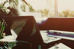 一台膝上型计算机,工作场所现代办公室的照片有露天的 免版税库存照片