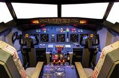 一台自创飞行防真器的驾驶舱-波音737/800 库存照片