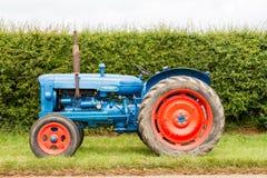 一台蓝色和红色葡萄酒fordson少校拖拉机 免版税库存照片