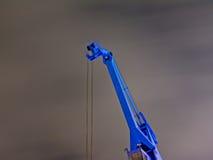 一台蓝色工业起重机的细节在晚上 库存照片