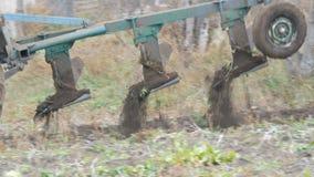 一台蓝色拖拉机在深刻的秋天犁黑土壤 冬天地面准备 影视素材