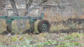 一台蓝色拖拉机在深刻的秋天犁黑土壤 冬天地面准备 股票视频