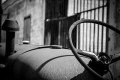 一台被放弃的老拖拉机 图库摄影