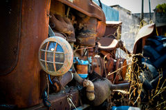 一台被放弃的老拖拉机 免版税库存照片