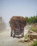 一台被超载的拖拉机在坎大哈阿富汗 库存图片