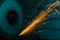 一台角度研磨机的特写镜头射击与闪闪发光的 库存图片