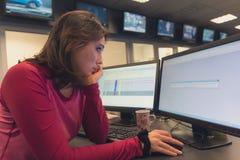 一台计算机的女孩在工作在电视演播室 免版税库存照片