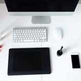 一台计算机的顶视图图象在桌上的在办公室 免版税库存图片