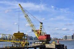 一台起重机在港口的工作泰晤士河 免版税库存照片