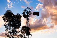 一台运转的葡萄酒国家风车的剪影在日落光或微明的 库存图片
